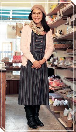 「ワンピースは母が30年前に着ていたもの。体にフィットするデザインなので、カーディガンを羽織ってラインをカバー。襟もとはデザインが古かったので、スヌードで隠し  ...